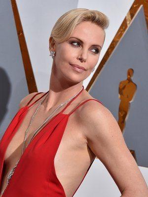 Oscar, Charlize Theron è troppo scollata per andare in tv: ecco come l'hanno ridotta