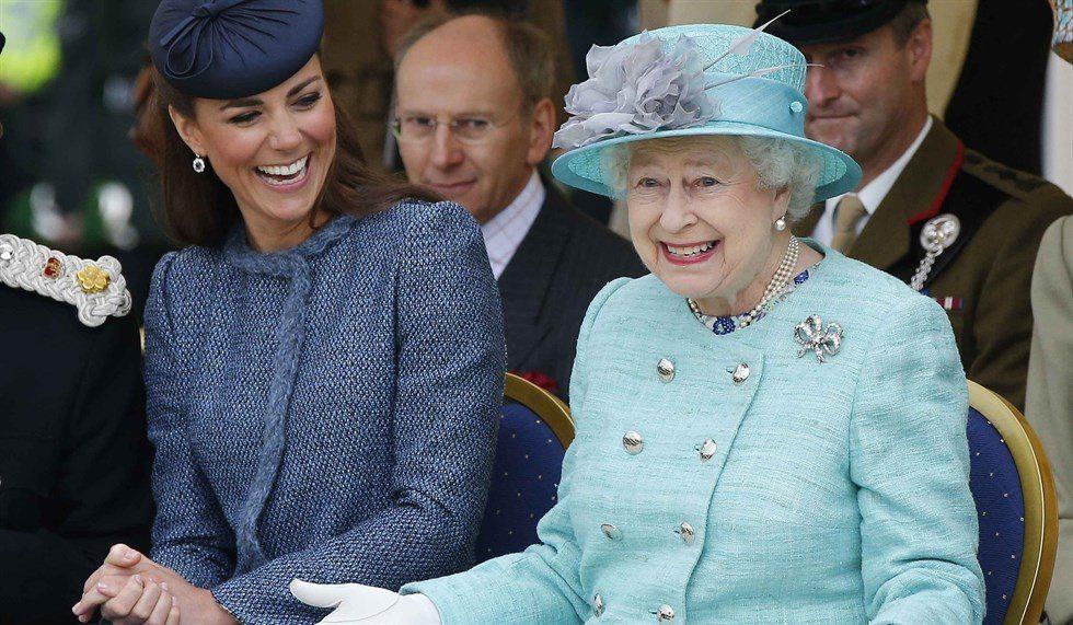 """Kate incinta del terzo figlio, maschio o femmina? """"Lo ha svelato la regina"""""""