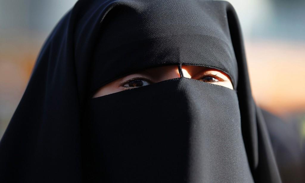 Medico chiede a donna islamica di togliersi il velo: rischia il licenziamento, petizione sul web