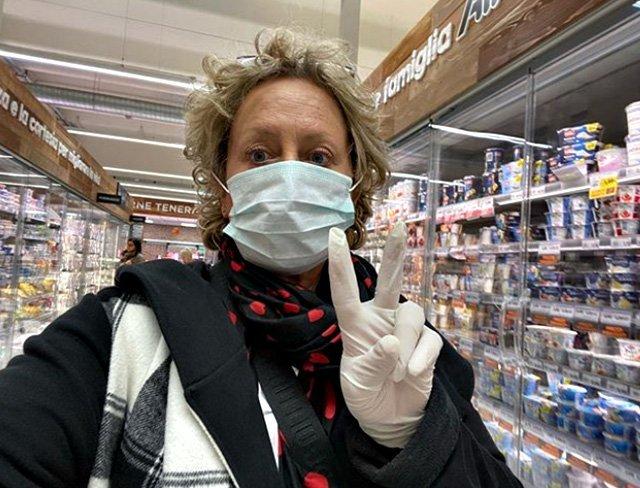 Carolyn Smith e la foto con la mascherina al supemercato: «Io non ho scelta, devo fare così»