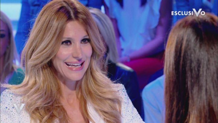 Silvia Toffanin intervista Adriana Volpe a Verissimo, i fan notano un dettaglio: «Com'è possibile?»