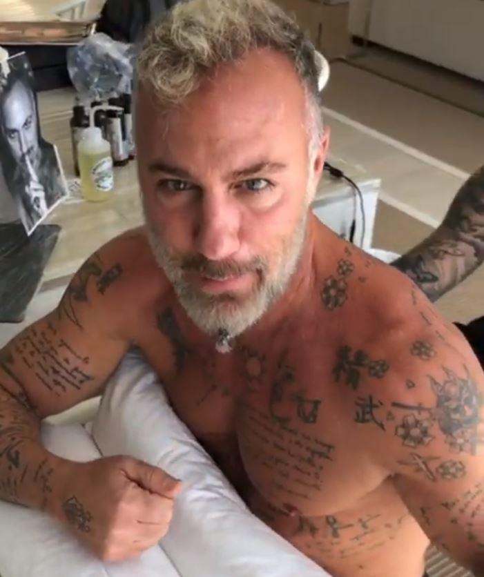 Gianluca Vacchi autocelebrativo, tatua il suo volto sulla