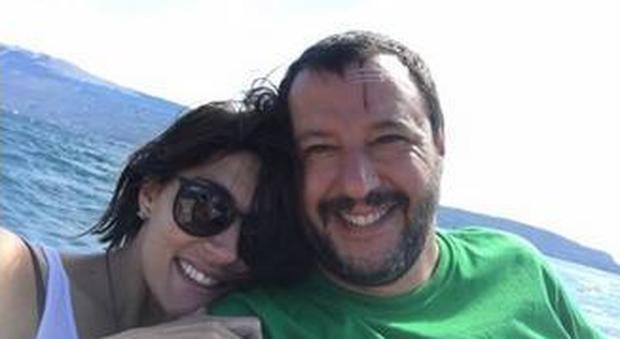 Salvini dimentica il tradimento, nuovo selfie romantico con la sua Elisa