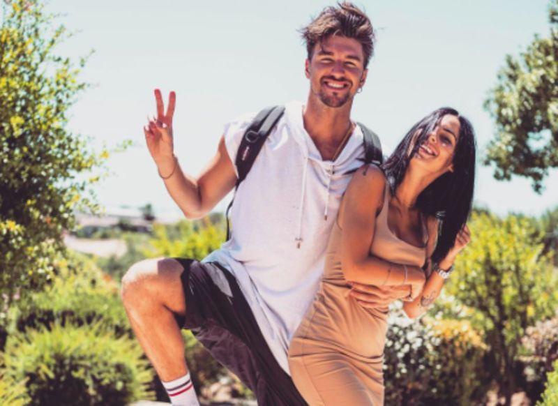 Damante-De Lellis, matrimonio rimandato ma estate di passione a Formentera