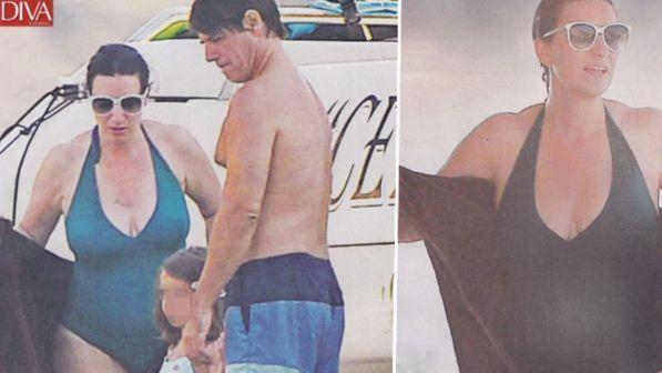 Laura Pausini, costume intero in alto mare