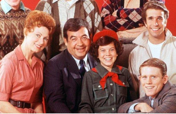 Happy Days compie 45 anni: come sono Fonzie, Richard e gli altri attori adesso. Il selfie di Ron Howard