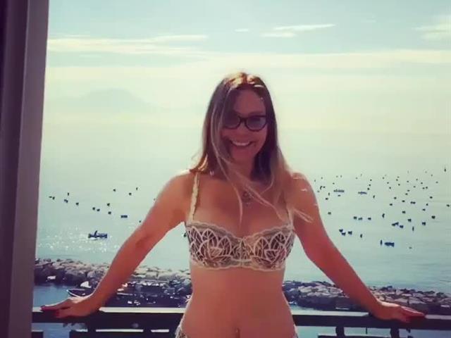 Naike Rivelli h0t, allenamento in balcone a Napoli