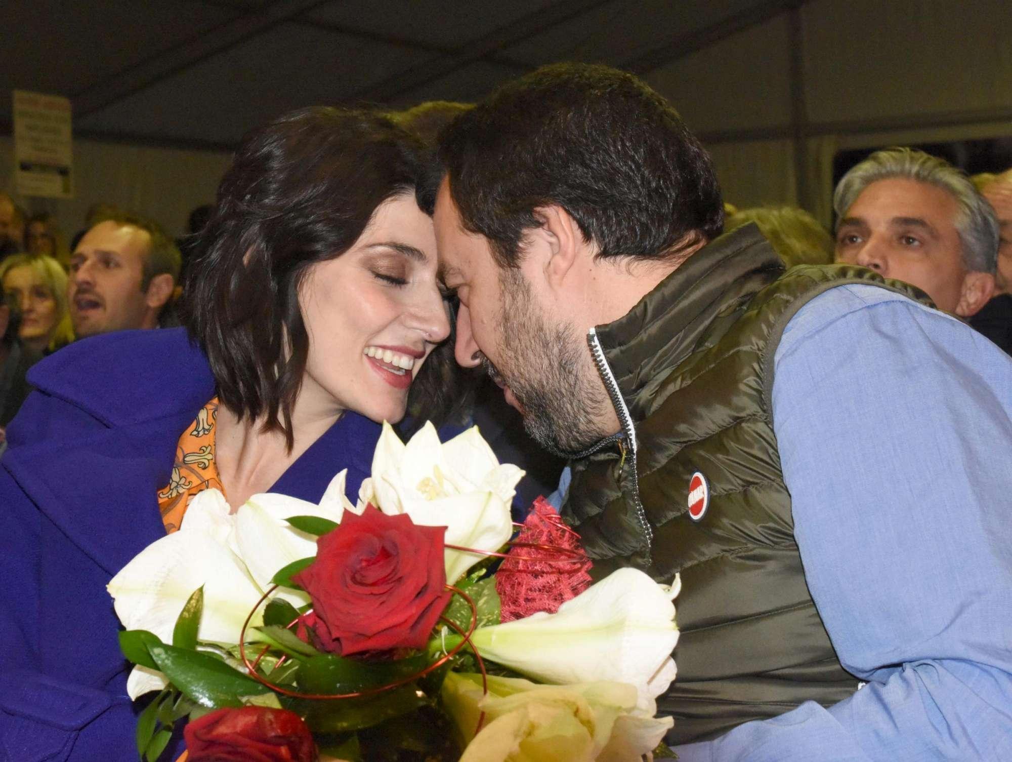 Matteo Salvini ed Elisa Isoardi, baci intensi alla Fiera del porro
