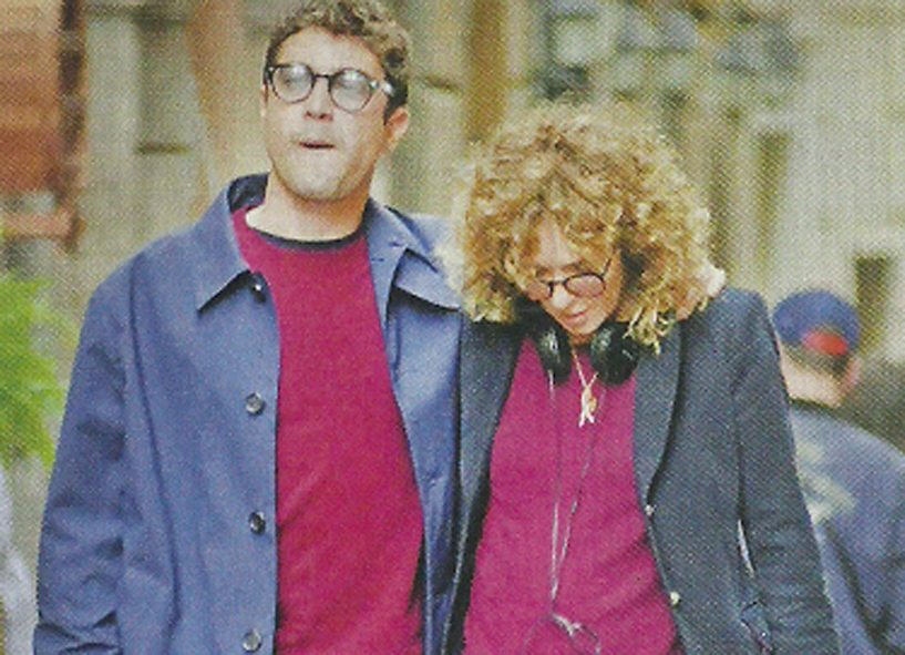 Riccardo Scamarcio e Valeria Golino inseparabili: passeggiata abbracciati nella pausa dal set