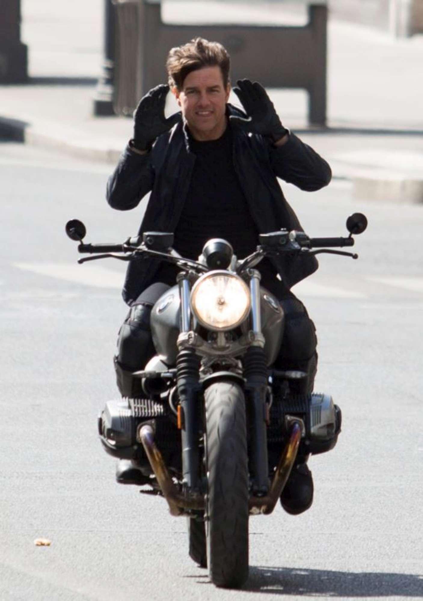 """Tom Cruise spericolato in moto e senza casco: che """"Mission Impossible 6""""!"""