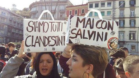 Napoli, duemila in corteo contro Salvini: lancio di molotov e scontri contro la polizia