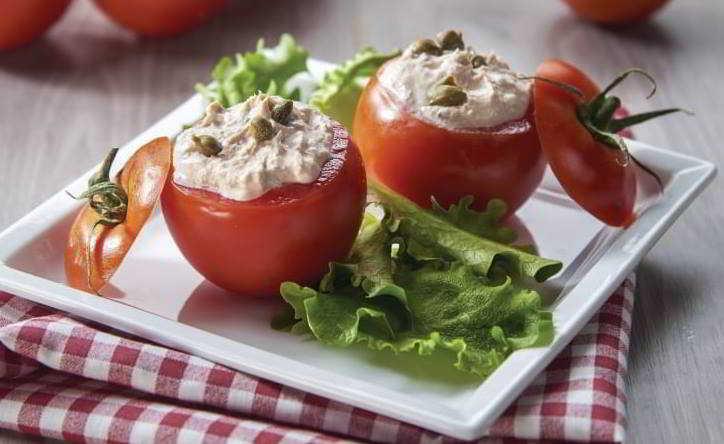 Pomodori farciti con philadelphia, olive e erba cipollina