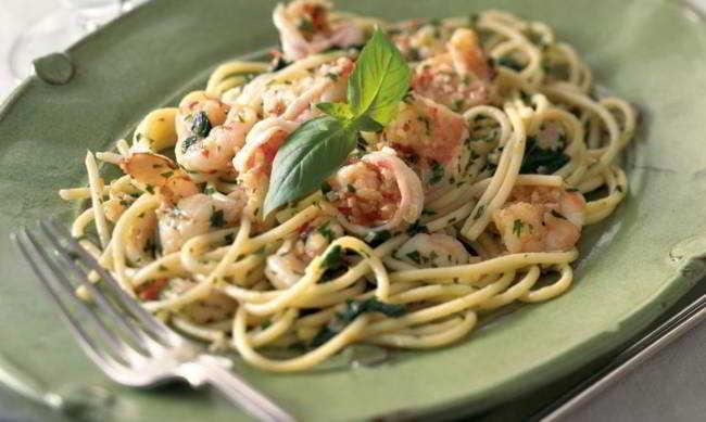 Spaghetti al pesto con gamberoni