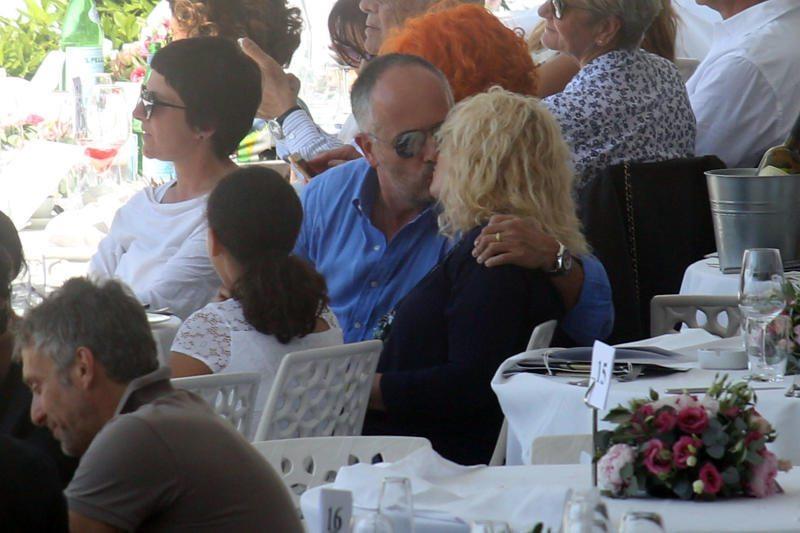 Antonella Clerici bacia il suo Vittorio a Villa Borghese