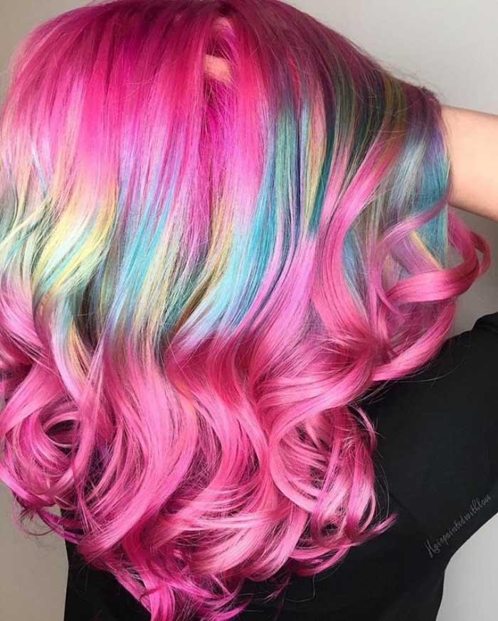 Capelli arcobaleno: il nuovo trend da mettersi in testa