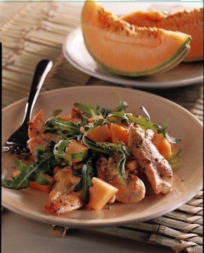 Insalata fresca di pollo grigliato con melone e rucola