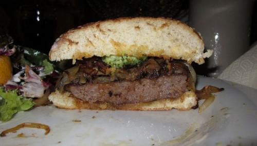 Hamburger con cipolla stufata per un panino gustoso