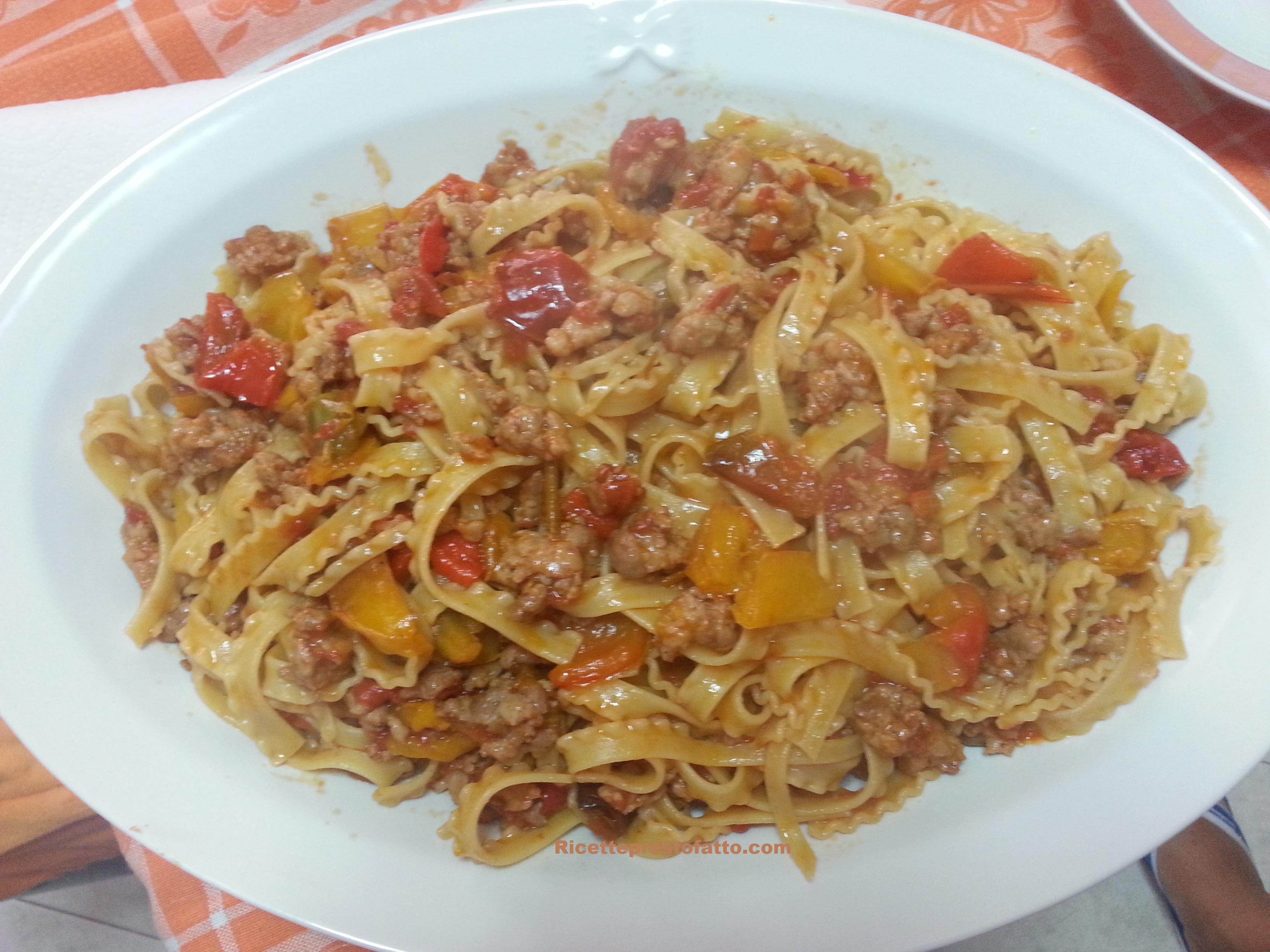 Ricetta reginette (o tripoline) con peperoni e salsicce