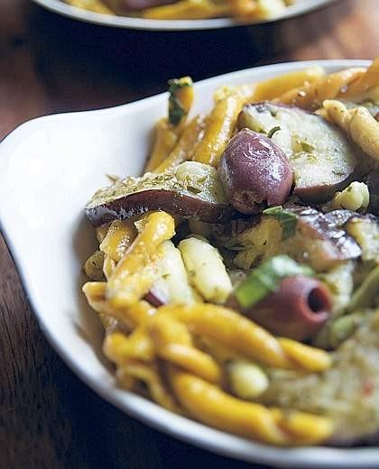 Pasta con olive e melanzane