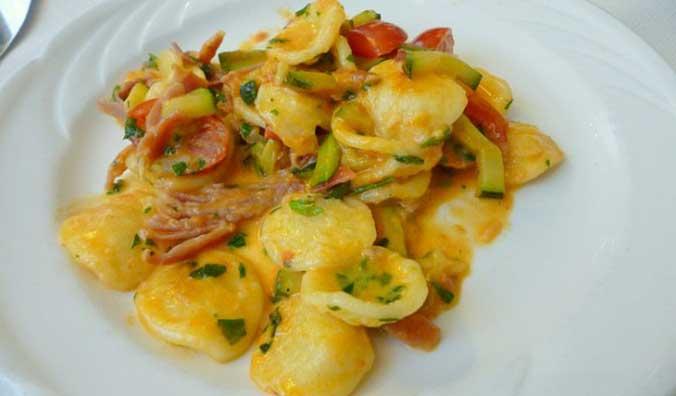 Orecchiette con pomodorini, zucchine e speck