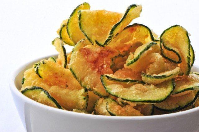 Chips di zucchine: la ricetta per un aperitivo o un contorno croccante e gustoso