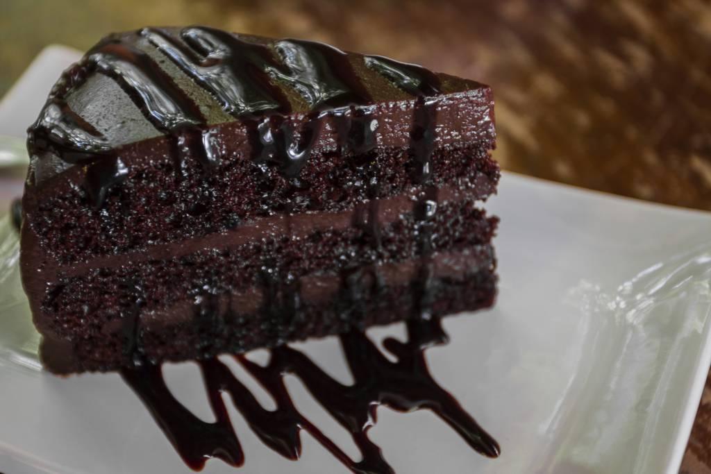 Torta morbida con mousse al cioccolato fondente