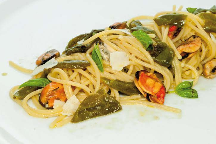 Spaghetti  con cozze e pepe