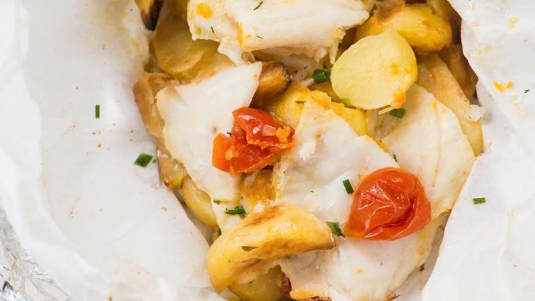 Come preparare il pesce al cartoccio con patate e pomodorini? Ecco la ricetta perfetta!