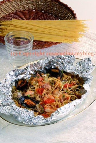 Spaghetti con frutti di mare al cartoccio