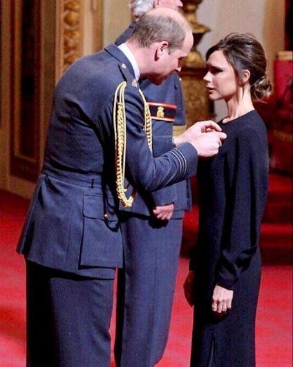 Victoria Beckham riceve l?Obe dal principe William