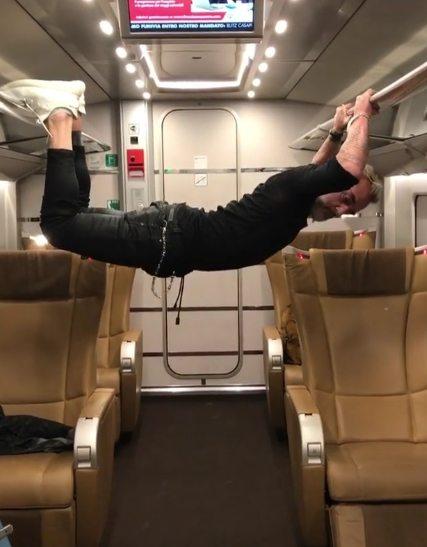 Gianluca Vacchi sul treno: ecco cosa fa durante l'ennesimo balletto