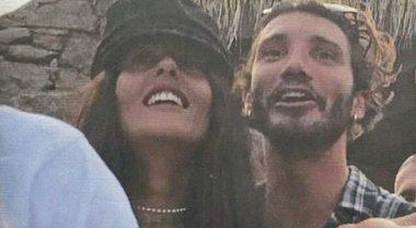 Stefano De Martino, innamorato: baci con la fidanzata Gilda Ambrosio a Mykonos