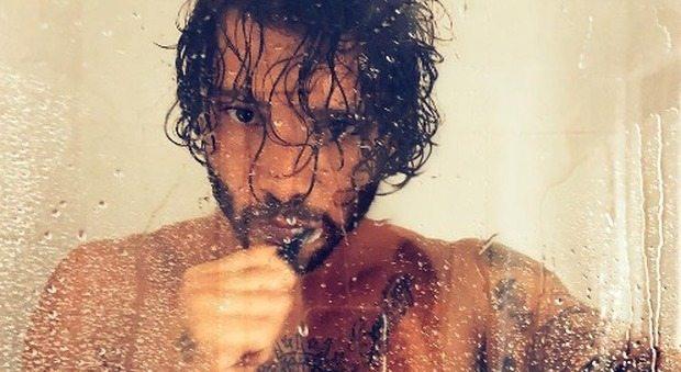 """Stefano De Martino sotto la doccia su Instagram, fan vanno in visibilio: """"Che Dio ti benedica"""""""