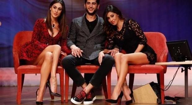 «Ogni volta che parli fai casino», Belen sgrida la sorella Cecilia al Maurizio Costanzo Show