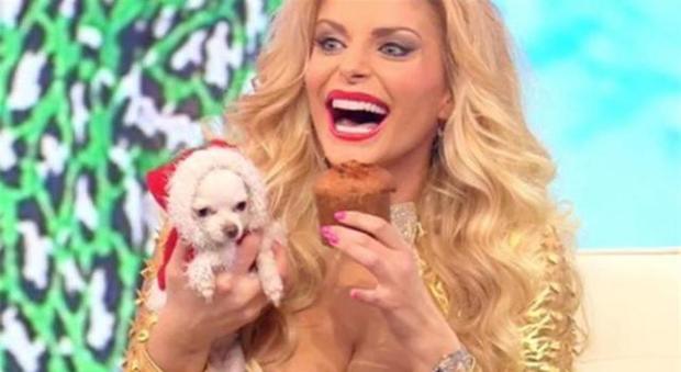 Imbarazzo a Pomeriggio 5, il cane di Francesca Cipriani fa i suoi bisogni in diretta