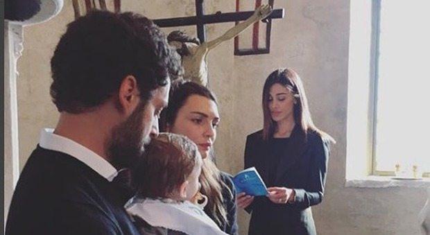 Belen madrina di battesimo, in chiesa la minigonna è h0t