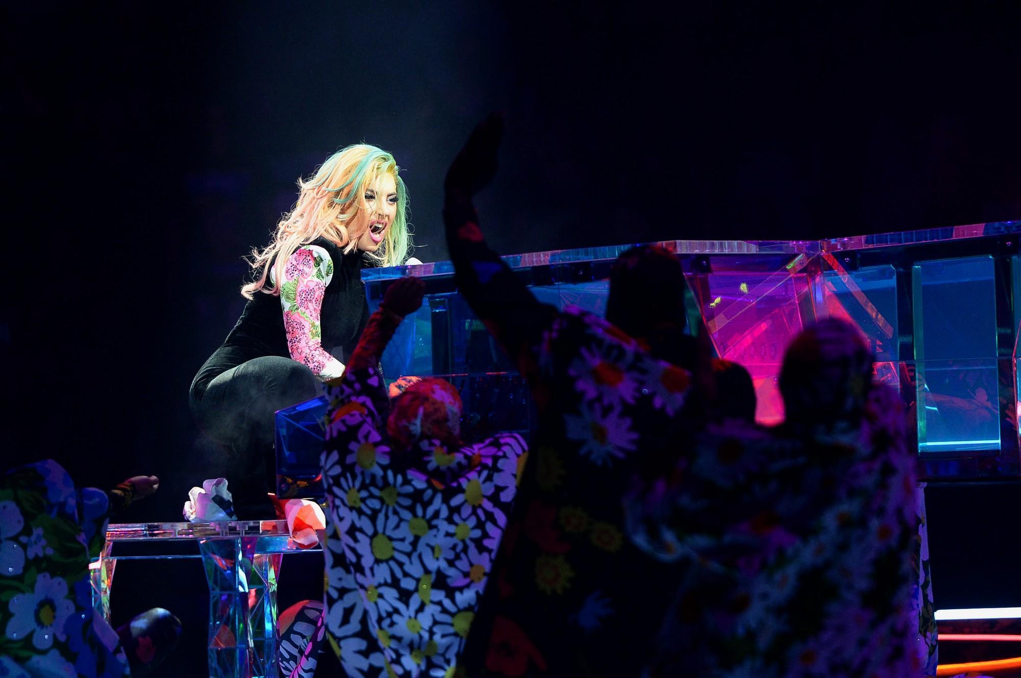 Lady Gaga conquista Milano con uno show tra kolossal e intimità
