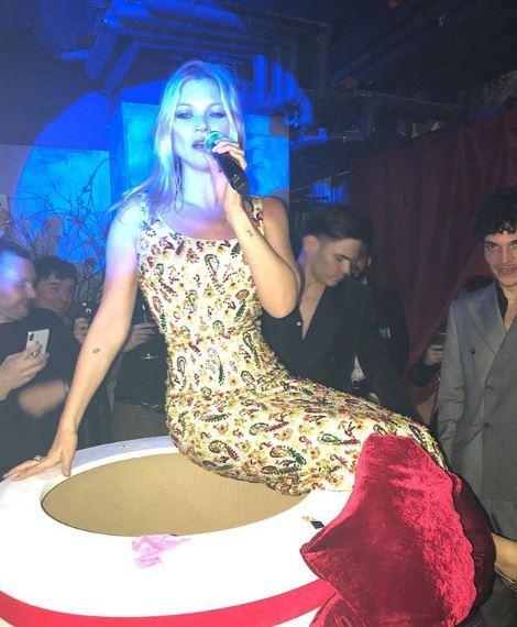Kate Moss fa baldoria, guarda come ne esce