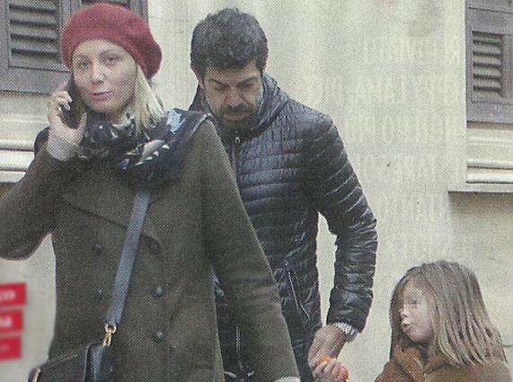 Pierfrancesco Favino dopo Sanremo, passeggiata in famiglia con la compagna Anna e le figlie Greta e Lea