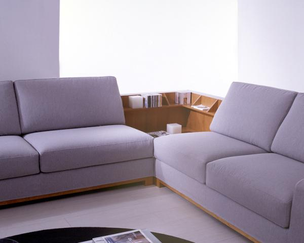 Divano angolare - angolo attrezzato con il tavolino in legno