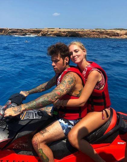 Fedez con le chiappe al vento: ancora siparietti a Ibiza