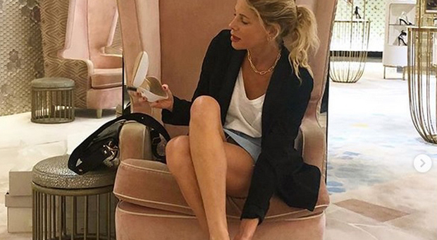 Alessia Marcuzzi hot: in viaggio per il compleanno prova le scarpe, ma dimentica le mutandine