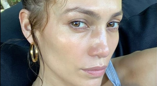 Jennifer Lopez senza trucco su Instagram, la foto conquista i follower