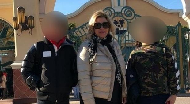 Tina Cipollari, foto con il figlio a Disneyland ma piovono gli insulti: «Grasso come la mamma, mettilo a dieta»