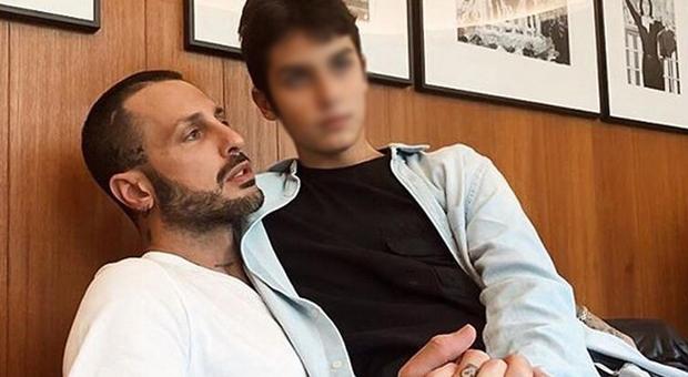Fabrizio Corona e la foto col figlio Carlos, pioggia di insulti. Furia Nina Moric: «Peggio delle bestie»