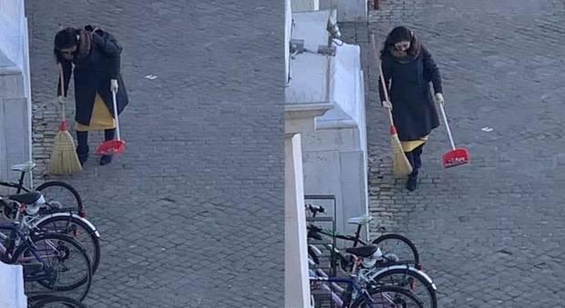 La 'spazzina anonima' identificata: è una cantante giapponese. Il sindaco: «Ci ha dato una lezione»