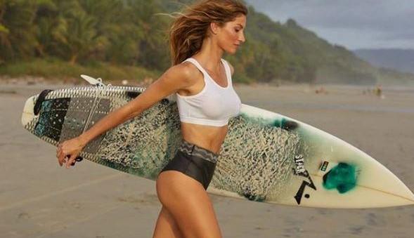 Gisele Bundchen in slip e reggiseno sul surf