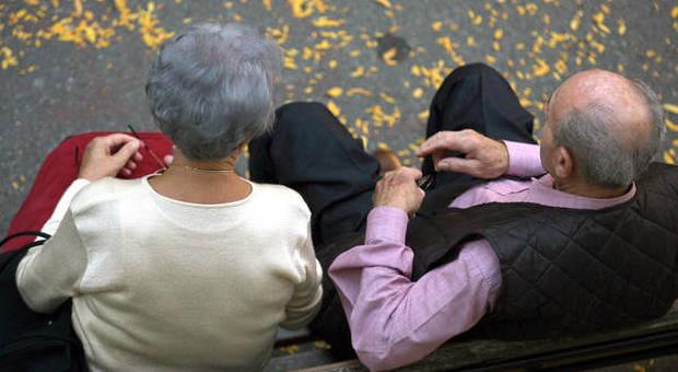 «Troppo sesso con nostra madre 85enne»: i figli denunciano l'amante focoso col Viagra