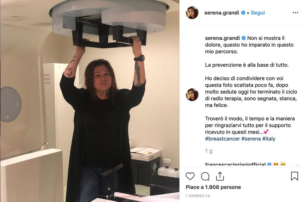 Serena Grandi dopo il ciclo di radioterapia per il cancro al seno: «Non si mostra il dolore...»