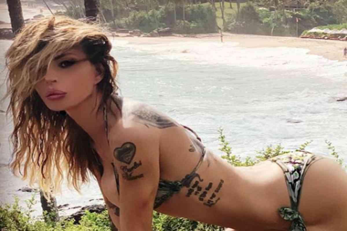 Nina Moric, paura in vacanza: «Attaccata da un batterio che ti mangia la carne»